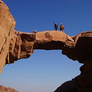 Begehbare Felsbrücke als Symbol für Tarife